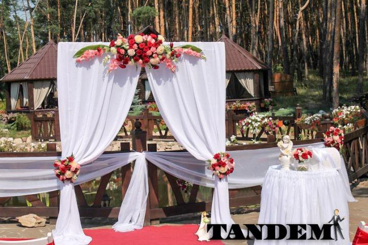 Квадратная арка с живыми цветами в бело-красном цвете