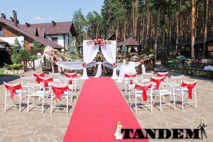 Выездная церемония в красном цвете