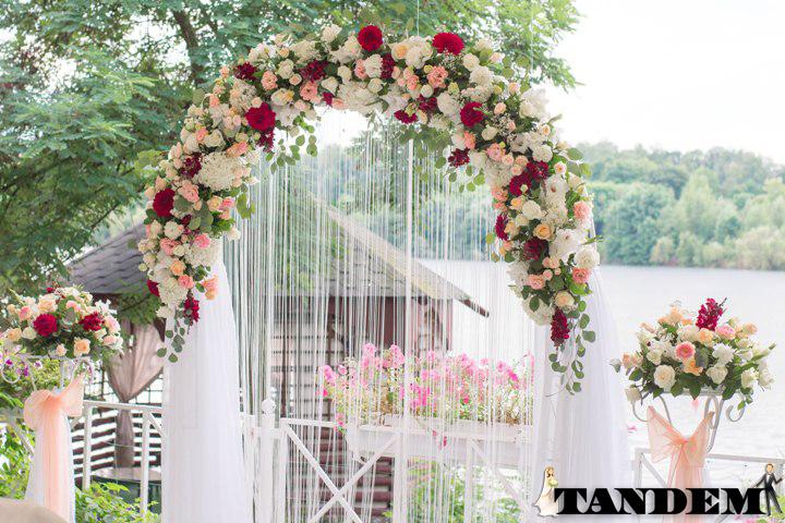 Свадебная флористика - арка из живых цветов