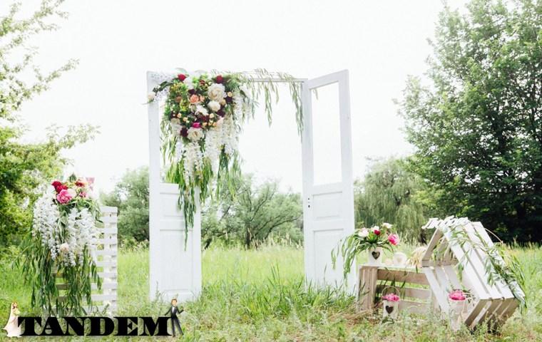 Оригинальная арка для выездной церемонии в форме дверей