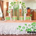 Салатовая арка из бумажных цветов