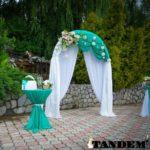 Свадебная арка с живыми цветами и ротанговыми шариками