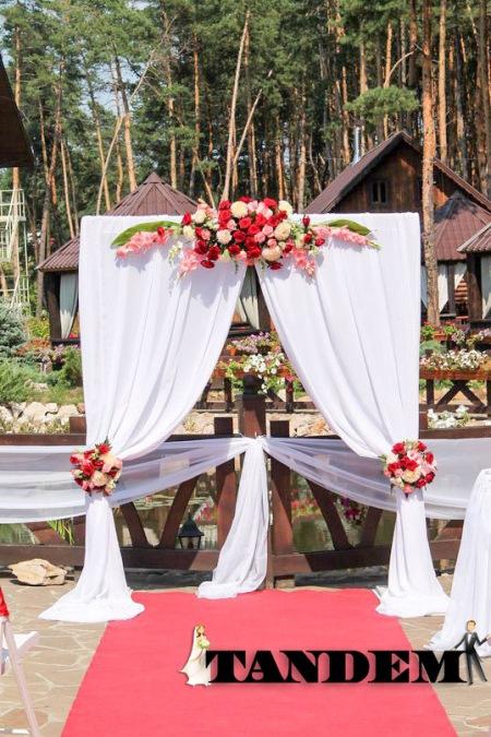 Красивая арка в бело-красном цвете из живых цветов