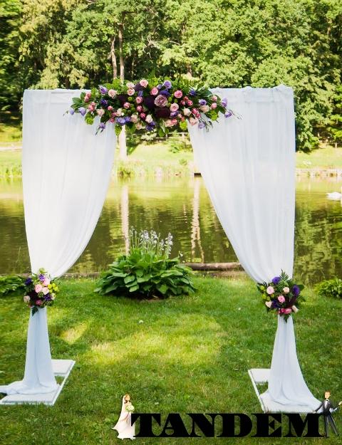 П-образная арка из живых цветов
