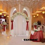 Свадебная арка с бордовыми бантами