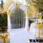 Желтенькая свадебная арка
