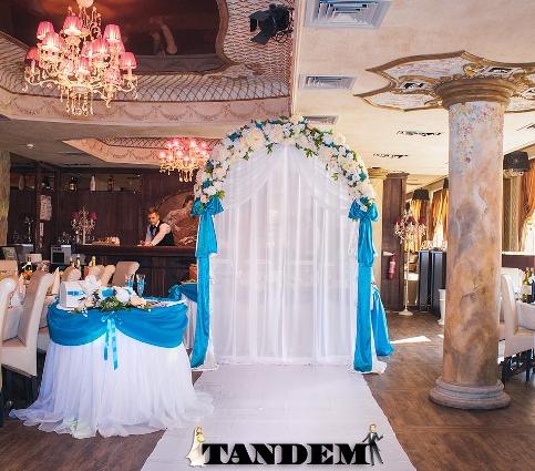 Свадебная арка в голубом цвете