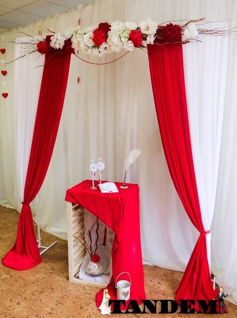 Квадратная арка в бело-красном цвете
