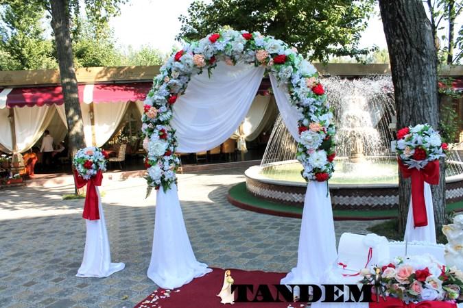 Цветочная арка с красными пионами