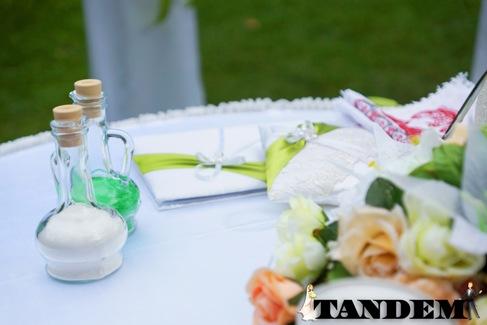 Песок и сосуды для песочной церемонии в белой и greenery