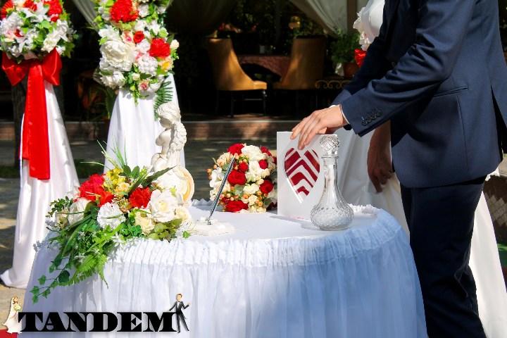 Песочная церемония в бело-красном цвете