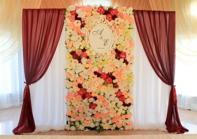 Цветочная ширма с бордовым декором
