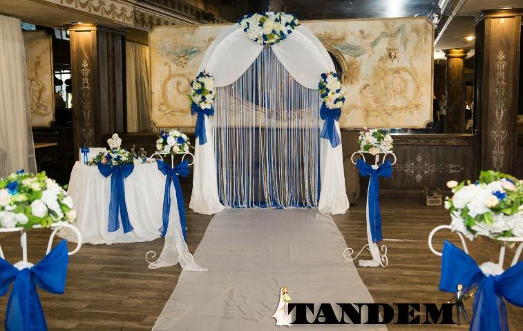 Тройная арка с искусственными цветами в синем цвете