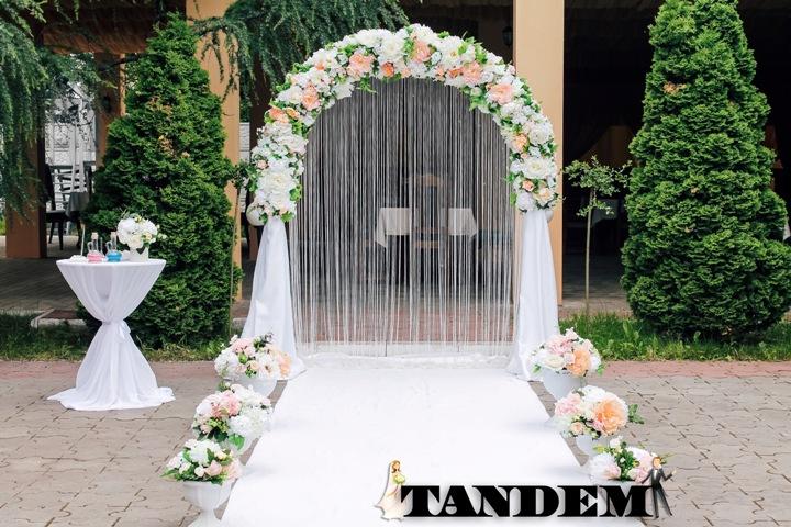 Нежная классическая свадебная арка для церемонии