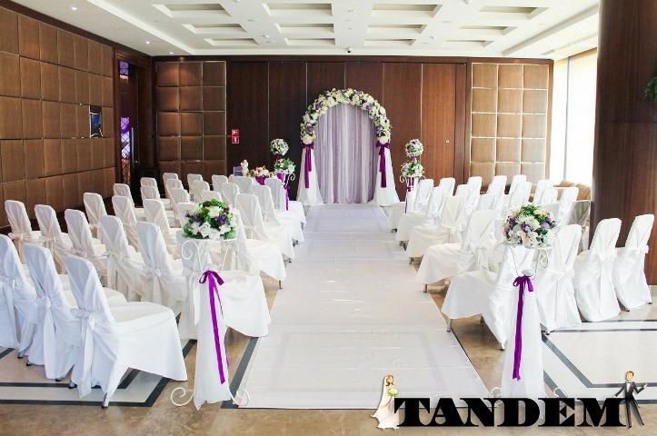 Выездная церемония с элементами фиолетового цвета