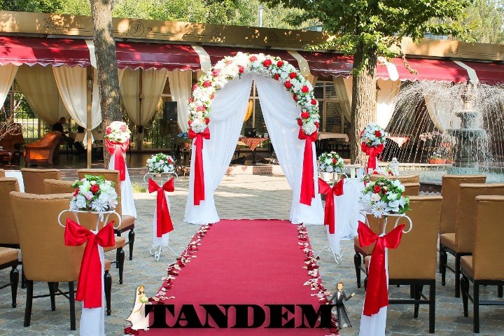 Оформление выездной церемонии в красном цвете. Комплексный декор