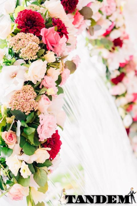 Свадебная арка из живых цветов Bubble Gum